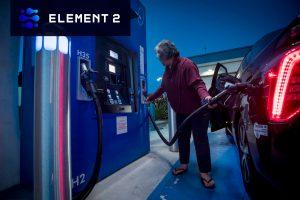 Women at hydrogen filling station - Element 2